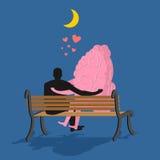 Hombre y cerebro que se sientan en banco Amantes que miran la luna en noche Fotos de archivo