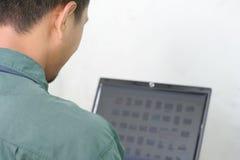 Hombre y computadora portátil Foto de archivo
