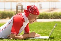 Hombre y computadora portátil del deporte Imágenes de archivo libres de regalías