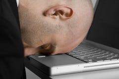 Hombre y computadora portátil tensionados Fotos de archivo libres de regalías