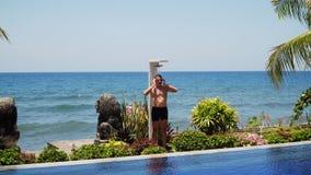Hombre y ducha en la playa fotografía de archivo libre de regalías