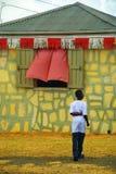 Hombre y edificio de piedra amarillo imagen de archivo libre de regalías