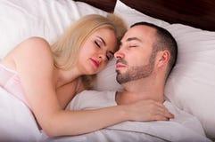 Hombre y el dormir rubio de la mujer Imagen de archivo libre de regalías