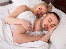 Hombre y el dormir rubio de la mujer Fotografía de archivo libre de regalías