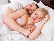 Hombre y el dormir rubio de la mujer Fotos de archivo libres de regalías