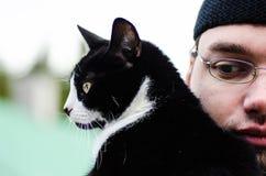 Hombre y gato Imagen de archivo libre de regalías