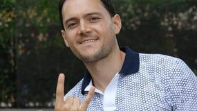 Hombre y gesto de mano ofensivo foto de archivo