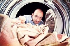 Hombre y lavadora Imagenes de archivo