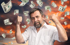 Hombre y lluvia de 100 billetes de dólar Imágenes de archivo libres de regalías