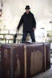 Hombre y maleta Foto de archivo libre de regalías