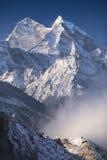 Hombre y montañas Imagenes de archivo