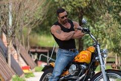 Hombre y motocicleta musculares imagenes de archivo