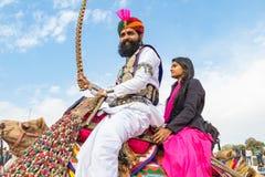 Hombre y muchacha de Rajasthani en un camello foto de archivo libre de regalías