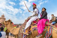 Hombre y muchacha de Rajasthani en un camello fotografía de archivo libre de regalías