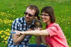 Hombre y muchacha del hilado con el terrier de York Foto de archivo