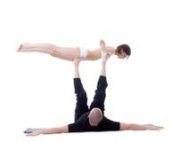 Hombre y muchacha que hacen yoga en estudio Actitud del pájaro Fotografía de archivo