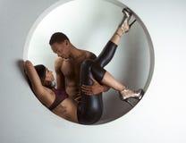 Hombre y mujer étnicos jovenes de los pares en amor Foto de archivo libre de regalías
