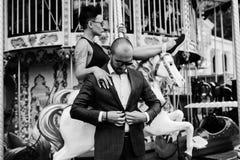 Hombre y mujer adultos en un carrusel Fotografía de archivo
