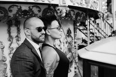 Hombre y mujer adultos en un carrusel Imágenes de archivo libres de regalías