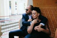 Hombre y mujer adultos en un carrusel Imagen de archivo