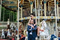 Hombre y mujer adultos en un carrusel Fotos de archivo
