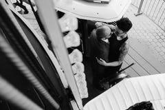 Hombre y mujer adultos en un carrusel Fotos de archivo libres de regalías