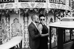 Hombre y mujer adultos en un carrusel Imagen de archivo libre de regalías