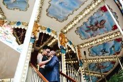 Hombre y mujer adultos en un carrusel Foto de archivo libre de regalías