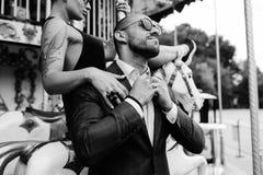 Hombre y mujer adultos en un carrusel Foto de archivo