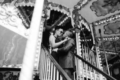 Hombre y mujer adultos en un carrusel Fotografía de archivo libre de regalías