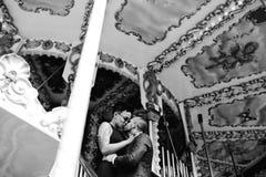 Hombre y mujer adultos en un carrusel Imagenes de archivo