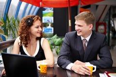 Hombre y mujer alegres en almuerzo de asunto Foto de archivo libre de regalías