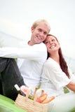 Hombre y mujer alegres en comida campestre Fotos de archivo libres de regalías