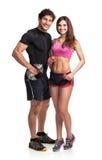 Hombre y mujer atléticos con pesas de gimnasia en el fondo blanco Fotos de archivo libres de regalías