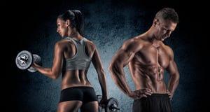 Hombre y mujer atléticos con un Dumbells Imagen de archivo