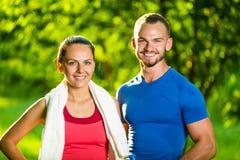 Hombre y mujer atléticos después del ejercicio de la aptitud Fotos de archivo libres de regalías