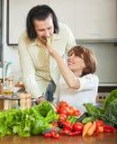 Hombre y mujer atractivos con las verduras Imagen de archivo libre de regalías