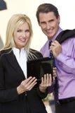 Hombre y mujer BusinessTeam usando el ordenador de la tablilla Fotografía de archivo libre de regalías
