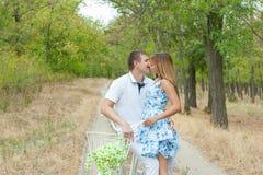 Hombre y mujer cariñosos Imágenes de archivo libres de regalías