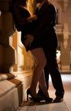 Hombre y mujer cerrados en abrazo Fotografía de archivo libre de regalías