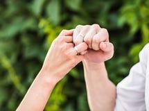 Hombre y mujer con el anillo de bodas Imagen de archivo libre de regalías