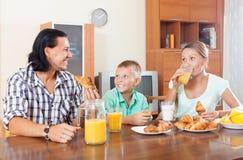 Hombre y mujer con el muchacho que desayuna Fotografía de archivo