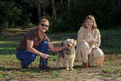 Hombre y mujer con el pequeño perro. foto común Imagenes de archivo