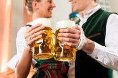 Hombre y mujer con el vidrio de cerveza en cervecería Fotografía de archivo libre de regalías