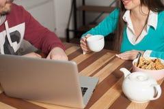 Hombre y mujer con la computadora portátil Imagenes de archivo
