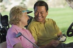 Hombre y mujer con la tarjeta de puntuación Imagenes de archivo