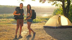 Hombre y mujer con las mochilas