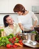 Hombre y mujer con las verduras en cocina Foto de archivo libre de regalías