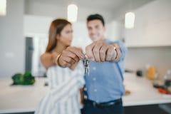 Hombre y mujer con llaves foto de archivo libre de regalías