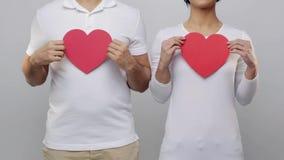 Hombre y mujer con los corazones rojos metrajes